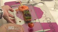 Voir la recette : Gelée de salade verte sur sablés de parmesan, pousses de mesclun, petits pois et sucettes de carottes