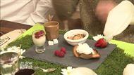 Voir la recette: Café gourmand accompagné de Panacotta aux framboises / Crumble de pommes confites / Tulipe à la crème de marron
